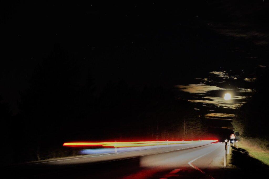 Kuu ja mööduv auto