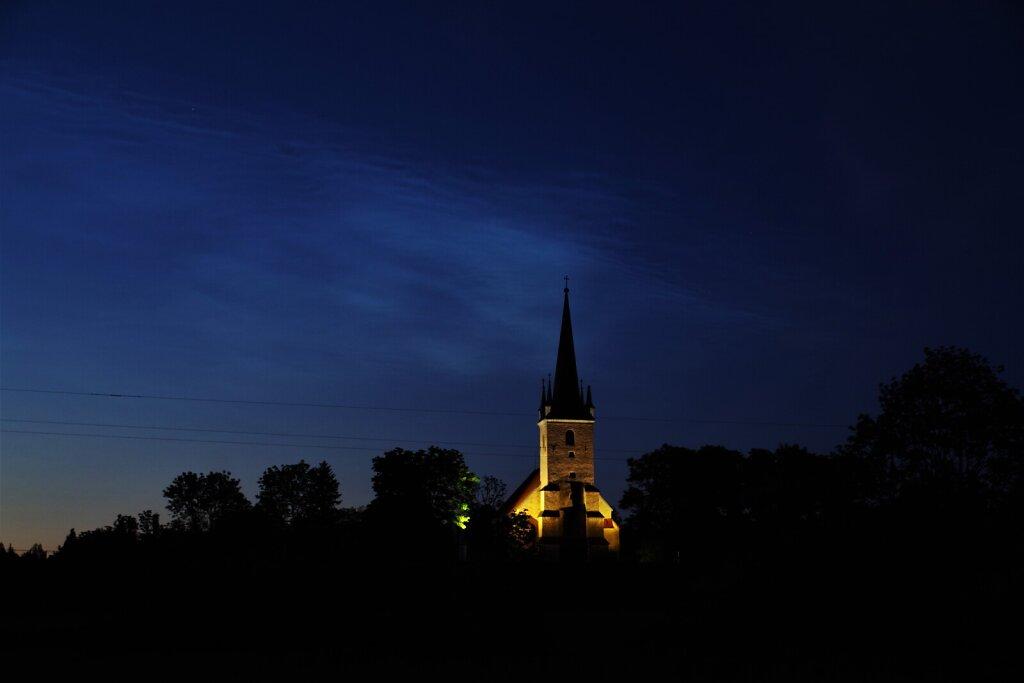 Madise kirik ja helkivad ööpilved